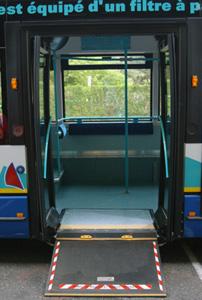 Rampe d'accès aux bus pour personnes à mobilité réduite