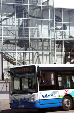 Conducteur au volant d'un bus